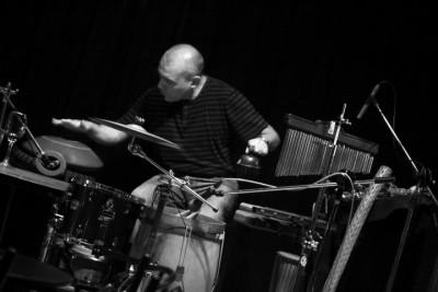foto cali tocando percusión